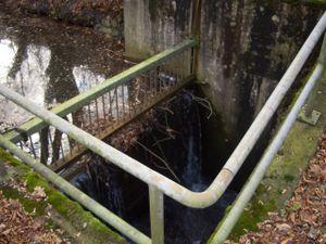 Der jetzige Überlauf wird an dem Einlauf der Turbine vorbeigeleitet und trifft an der gleichen Stelle um 90° versetzt wieder den Untergraben.