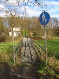 Die Brücke zum Bahnhof Hämmern über die Wupper, gleichzeitig das Ende der Eschenallee.