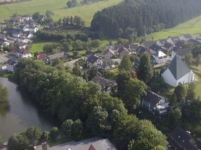Luftaufnahme des Dorfteichs.