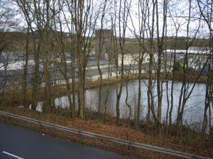 Fabrik und Teich. Die direkten Gebäude am Teich beherbergten die Eisfabrik von Matthias Schmitz und den Schulungsraum der Hitler Jugend.